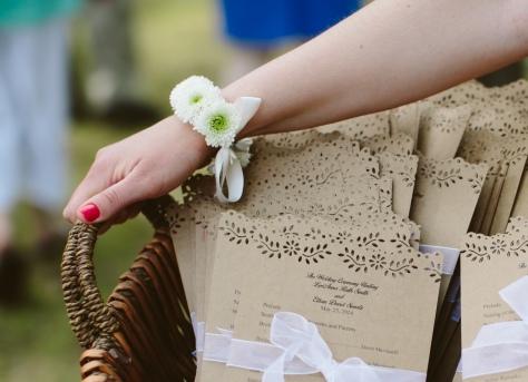 #flowerwristlet #wristcorsage #daisywristcorsage #whitewristcorsage #daisychain #linolakesflorist