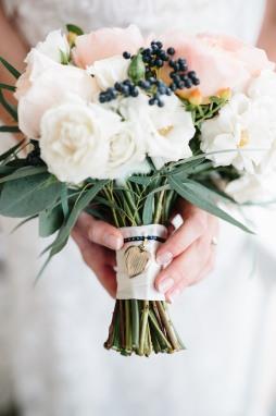 www.shanelongphotography.com #linolakesflorist #bouquetdetails #bouquetcharm #bridalbouquetcharm #whitemajolikasprayroses #peachroses #privetberries #blushbridalbouqet #julietgardenrose #ivoryandpeach #blushwedding
