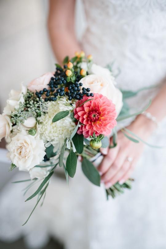#bridalbouquet #peachandivorybride #privetberries #berrybouquet #whitemajolikasprayrose #linolakesflorist