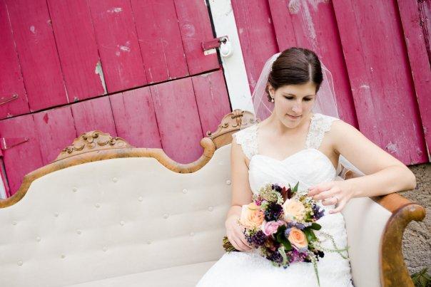 www.LindseyHerbertPhotography.com #linolakesflorist #texturebouquet #peachandpink #bridalbouquet